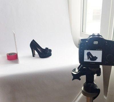 Cámara, zapato, cinta adhesiva, luz de relleno, telón de fondo sin fisuras y luz natural de ventana